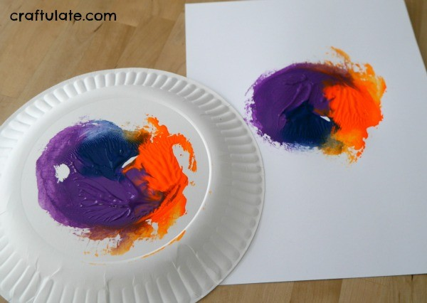 Paper Plate Spin Art - a fun painting activity for kids!